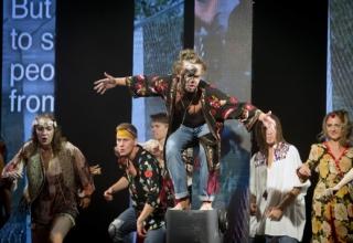 Lukáš Adam (uprostřed) jako Hud.