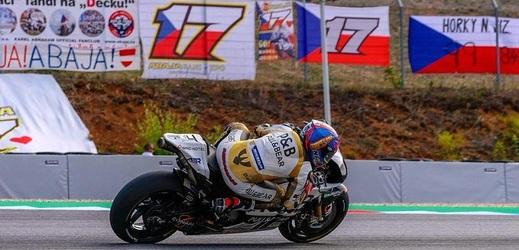 Motocyklový závodník Karel Abraham bude nadále závodit v královské třídě.