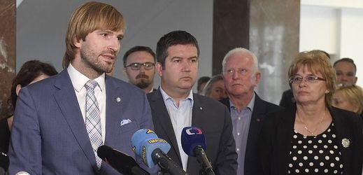 Ministr zdravotnictví Adam Vojtěch (vlevo), místopředseda vlády Jan Hamáček a předsedkyně Odborového svazu zdravotnictví a sociální péče ČR Dagmar Žitníková.