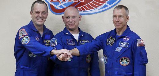 Kosmonauti kteří pobývají na vesmírně stanici ISS. Zleva: Richard Arnold, Oleg Artěmjev a Andrew Feustel.