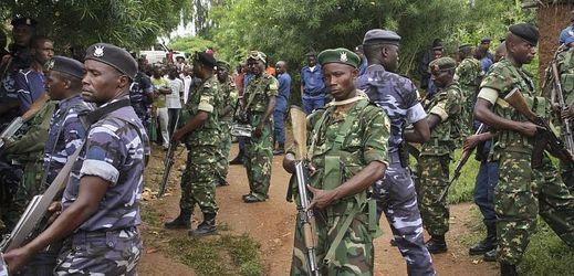 Příslušníci burundské policie a armády na místě útoku, při němž bylo zabito přes dvacet osob.
