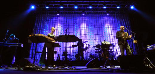 V pražském Kongresovém centru vystoupila 10. října 2012 australská skupina Dead Can Dance, kterou tvoří hudebníci, zpěváci i skladatelé Lisa Gerrardová (druhá zleva) a Brendan Perry (vpravo).