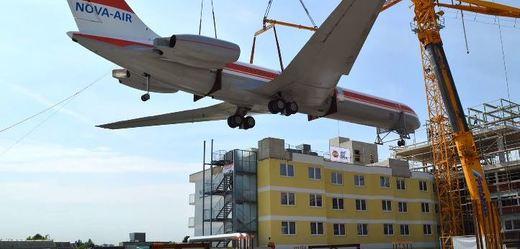 Střechu hotelu zdobí letadlo Iljušin IL 62 M.