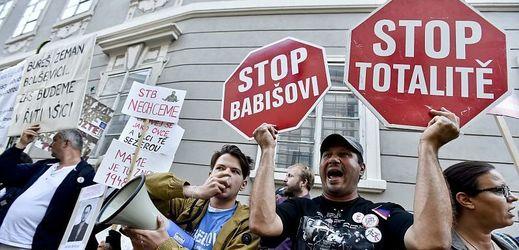 Červencová demonstrace před sněmovnou proti menšinové vládě ANO a ČSSD s podporou KSČM.