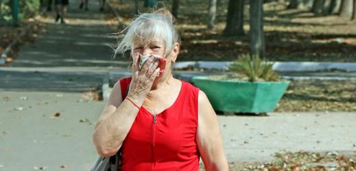 Žena se chránila před nadýcháním nebezpečné látky kapesníkem.
