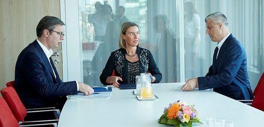 Srbský prezident Aleksandar Vučić (vlevo) šéfka evropské diplomacie Federica Mogheriniová a kosovský prezident Hashim Thaçi.