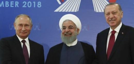 Ruský prezident Vladimir Putin (vlevo), íránský prezident Hasan Rúhání (uprostřed) a turecký prezident Recep Tayyip Erdogan.
