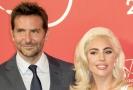 Bradley Cooper a Lady Gaga na červeném koberci během Filmového festivalu v Benátkách.