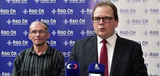 Generální ředitel Ředitelství silnic a dálnic Jan Kroupa (vpravo) a a předseda ekologického sdružení Děti Země Miroslav Patrik.