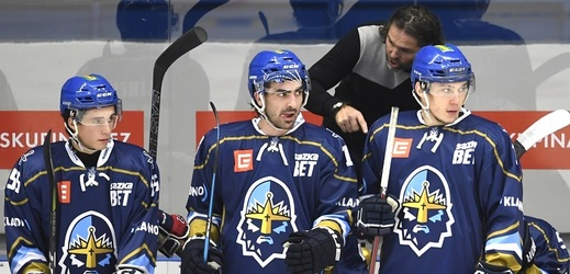 Jaromír Jágr udílel na střídačce pokyny kladenským hráčům.