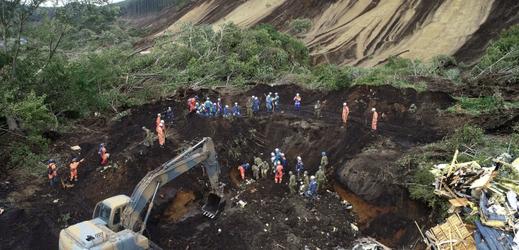 Záchranáři stále pátrají po dvou nezvěstných.