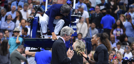 Serena Williamsová v hádce se supervisorem turnaje u umpiru.