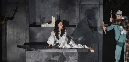 Snímek ze zkoušky romantického hororu Dracula.