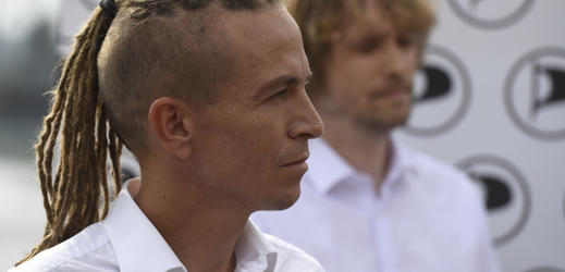 Předseda strany Ivan Bartoš vystoupil 4. září 2018 v Praze na tiskové konferenci Pirátů.