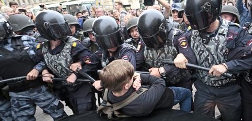 Zásah policie proti demonstrantům byl velice brutální.