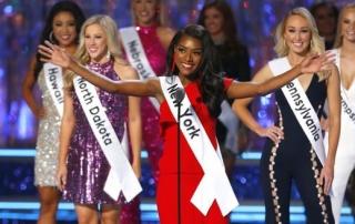 Franklinová (uprostřed) vyhrála regionální soutěž Miss New York.