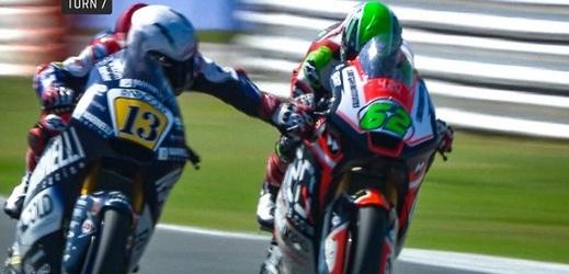 Italský závodník Romano Fenati předvedl šílený zkrat.