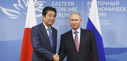 Japonský premiér Šinzó Abé a ruský prezident Vladimir Putin.