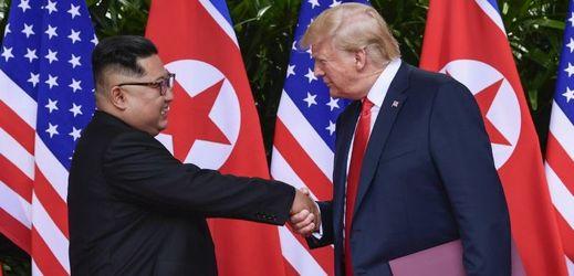 Donald Trump a Kim Čong-un (vlevo).