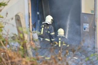V Plzni hoří ubytovna, na místě deset zraněných.