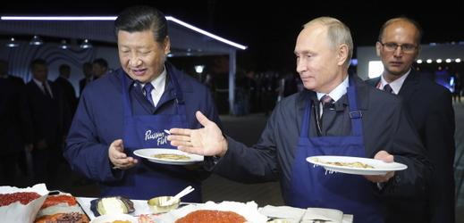 Si Ťin-Pching a Vladimir Putin si společně pochutnali na ruských specialitách.