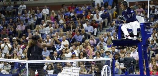 Carlos Ramos bude řídit další mač. Po finále US Open raději nevycházel.