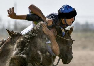 Mezi diváky nejoblíbenější patří souboj jezdců o bezhlavého kozla.