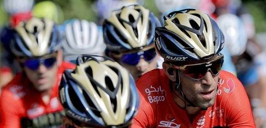Simon Yates nadále pojede v červeném dresu. Vuelta přitom končí v neděli.