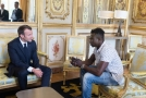 Francouzský prezident Emmanuel Macron (vlevo) a imigrant Spiderman Mamadou Gassama.