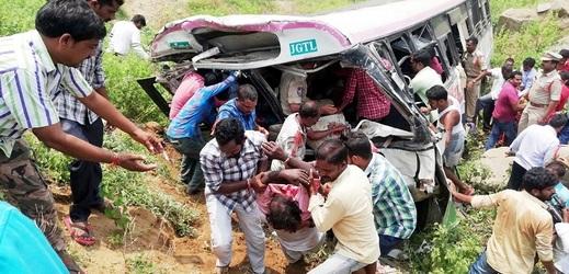 Nehody autobusu jsou v Indii častým jevem, před dvěma dny takto zemřelo 57 lidí.