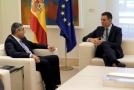 Premiér Španělska Pedro Sanchez (vlevo) hovoří s generálním tajemníkem WHO Zurabem Pololikashvilim.