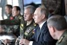 Ruský prezident Vladimír Putin sleduje vojenské manévry Vostok 2018.