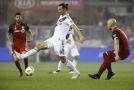 Švédský útočník Zlatan Ibrahimovic (uprostřed).