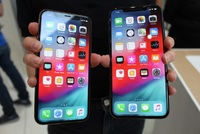 iPhone XS (vlevo) a iPhone XS MAX.