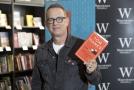 Americký herec Tom Hanks se svou knihou povídek.