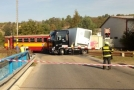 Vlak se v Kralupech srazil s kamionem.