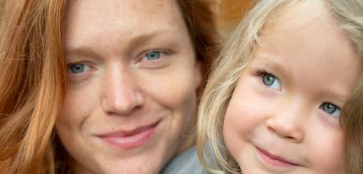 Z filmu Mona s Ester Geislerovou (vlevo).