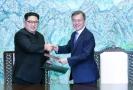 Kim Čong-un (vlevo) a jihokorejský prezident Mun Če-in.