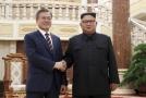 Zleva Mun Če-in a Kim Čong-un.