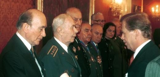 Václav Havel předává vyznamenání Miloši Knorrovi (vlevo).