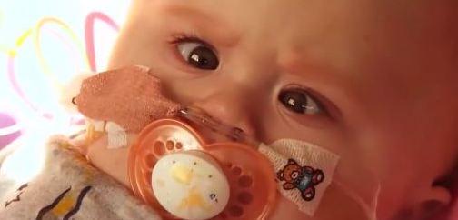 Malá Vanellope se narodila se srdíčkem mimo tělo.
