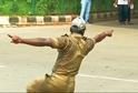 Policajt řídí indickou dopravu tancem.
