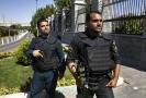Íránské bezpečnostní složky před budovou parlamentu.