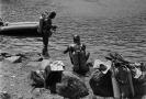 Potápěči na Čertově jezeře v červenci 1964.