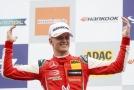 Mick Schumacher se raduje z výhry v závodu ve Formuli 3.
