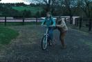 Ben Foster a Thomasin McKenzieová ve snímku Beze stop.