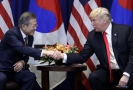 Jihokorejský prezident Mun Če-in (vlevo) a prezident USA Donald Trump.
