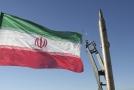 Íránská vlajka a raketa Sadžíl.