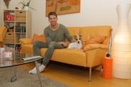Muzikálový zpěvák Peter Pecha v bytě nepotřebuje nic víc než svůj hudební koutek