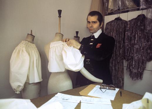 Karl Lagerfeld ve svém studiu v Paříži, 1979.